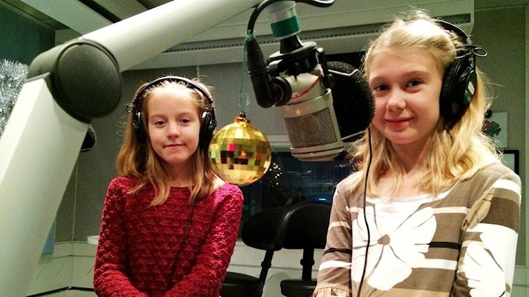 ronja andersson och julia söderström i studion.