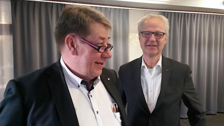 Anders Franck och Lennart Schüllerquist på Mellansveriges Logistiknav hoppas nu att detaljplaner tas fram och att företagen visar intresse för att satsa i Tolvfors. Foto: Christian Höijer/Sveriges Radio