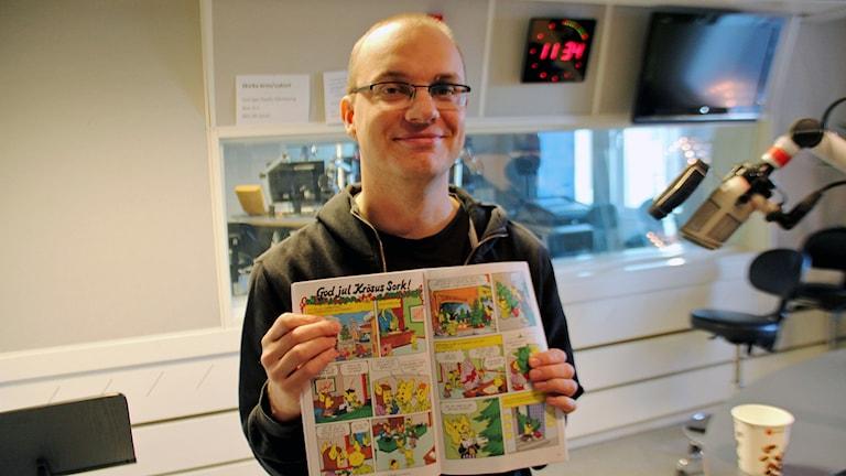 Henrik Halvarsson, biblioteksassistent på Andersbergs bibliotek. Foto: Staffan Mälstam/Sveriges Radio.