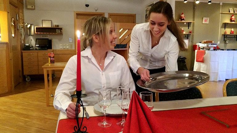 Matilda serverar läraren Susanne Dannberg
