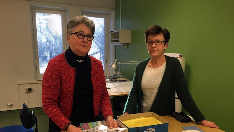 Birgitta Persson, som håller i verksamheten, ochGun-Britt Edvardsson, lärare påtextil- och designskolan i Sandviken. Foto: Christian Ploog / Sveriges Radio