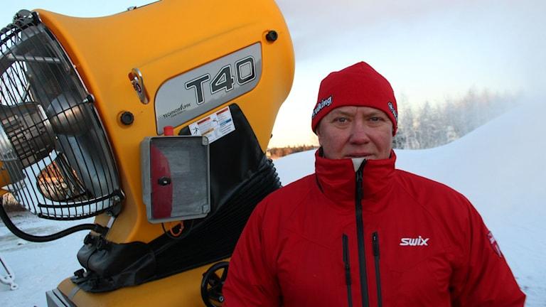 Vinterveckans banchef Ulf Olsson har nu fått tillgång till två snökanoner som börjat producera konstsnö. Foto: Christian Höijer/Sveriges Radio