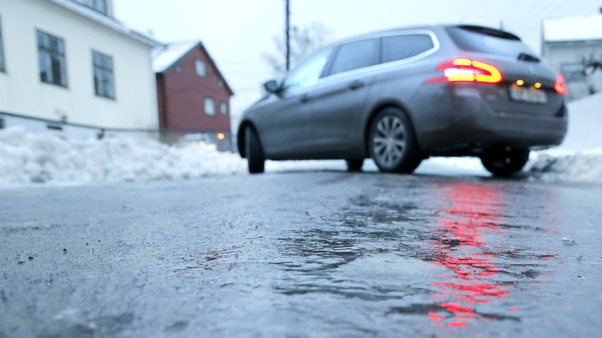 Bil på isig väg Foto: Terje Pedersen/NTB scanpix/TT