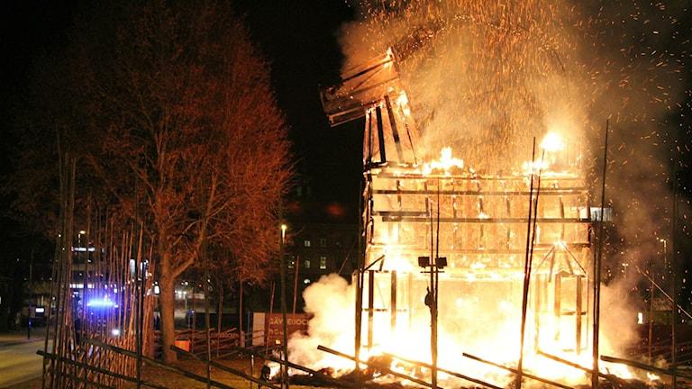 Den traditionella julbocken i Gävle brann natten möt söndag. Foto: Roger Nilsson