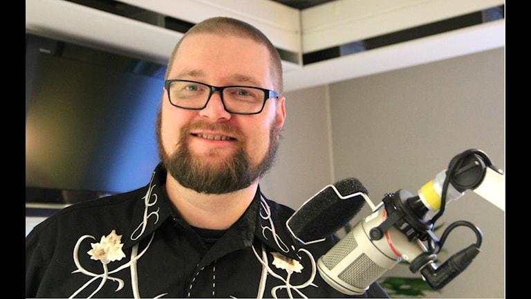Daniel Gustavsson pratar populärkultur i P4. Foto: Emma Åhlström/Sveriges Radio