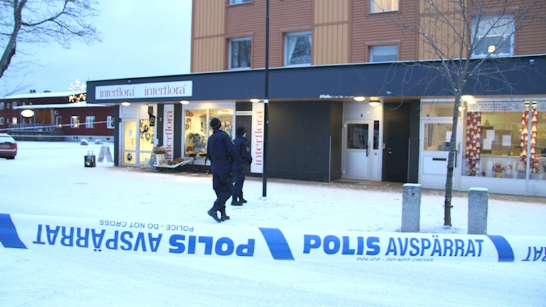 Skutskär centrum är avspärrat efter att en man blivit knivskuren. Foto: Roger Nilsson