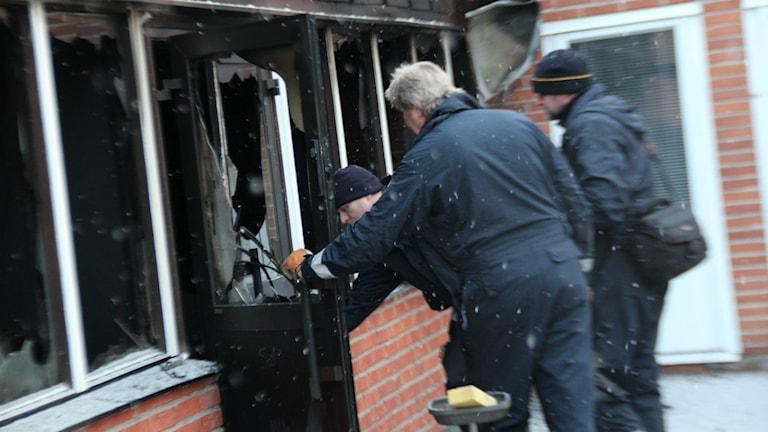 Polisens tekniker genomförde en undersökning av branden i Föreningarnas hus i Marma under måndagen. Foto: Christian Höijer/Sveriges Radio