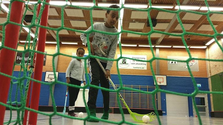 Abdimalik och hans syster Salma Hussein valde att testa innebandy. Foto: Christian Höijer/Sveriges Radio