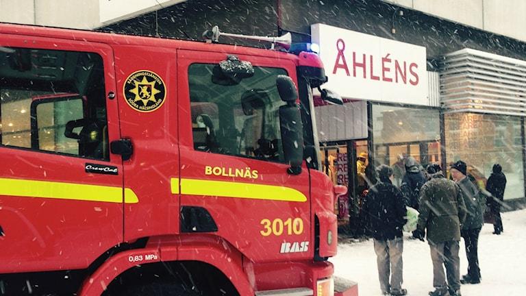 Taket över Åhléns i Bollnäs har rasat in. Foto: Leif Eriksson/Sveriges Radio