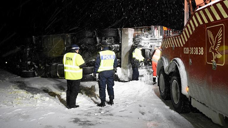 En lastbil med släp har tippat och ligger över norrgående körfält på E4. Foto: Daniel Sjöholm