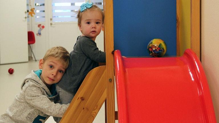 Elias och Stella trivs på öppna förskolan. Foto: Lovisa Svenn/ Sveriges Radio