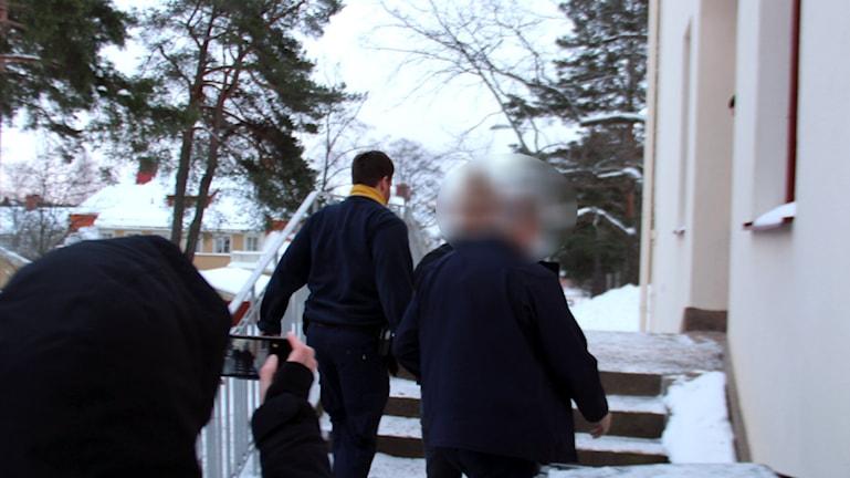 Den mordmisstänkte 17-åringen anländer till Hudiksvalls tingsrätt. Foto: Christian Höijer/Sveriges Radio