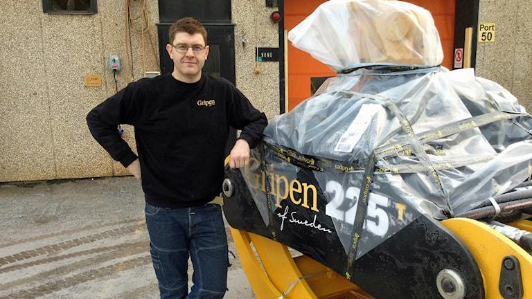 Tomas Jonsson framför en av de 100 Gripenmodeller som nu tillverkas i HIAB:s gamla lokaler i Hudiksvall. Foto: Hasse PErsson/Sveriges Radio.