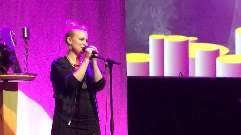 Frida Scar vann priset för Årets låt på Local Heroes-galan på konserthuset i Gävle. Här håller hon tacktalet. Foto: Mikael Sanner / P4 Gävleborg