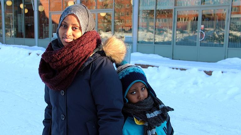 Amaul Mohamed och femårige sonen Mohamed Ali. Foto: Linnea Johansson/Sveriges Radio.