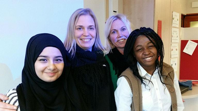Rahaf al Shoun och Love Sanga är två elever på Norrtullsskolan som verkligen vill lära sig svenska. Här med sina lärare Åsa Jääger och Tina Nordh.