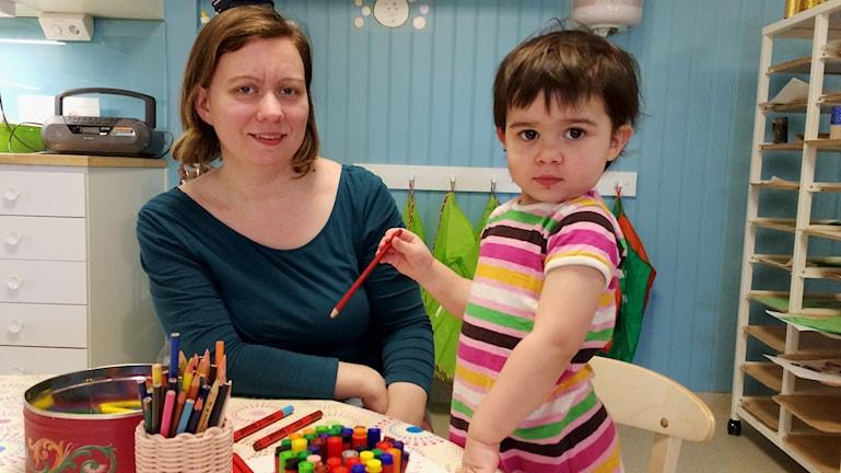 Karin Öhlin besöker öppna förskolan med sin dotter Molly Risvall. Foto: Anna Molin/Sveriges Radio