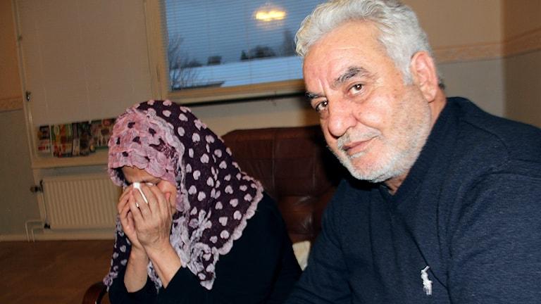 Familjen Aloush, här mamma Zahra och pappa Naser, lever i svår sorg efter mordet på sonen Yasan i september. Foto: Christian Höijer/Sveriges Radio