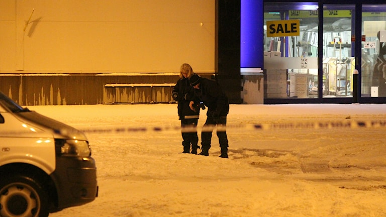 Polisen undersöker platsen innanför avspärrningarna. Foto: Roger Nilsson