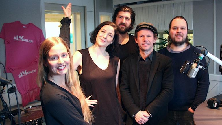 Programledare Clara Sagström med sina fredagsgäster.