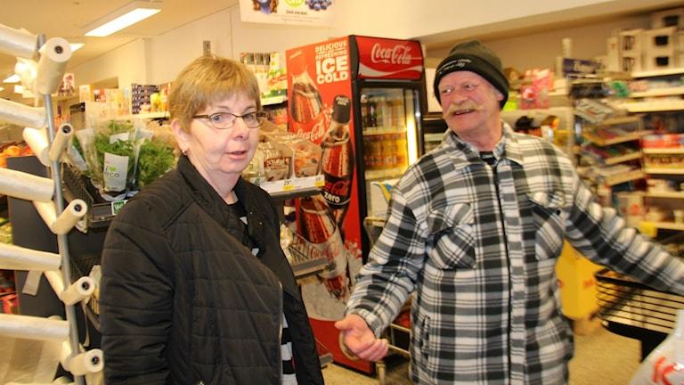 Om det inte finns en fungerande betaltjänst för människor att ta ut och sätta in kontanter och bettala räkningar så försvinner Icabutiken i Los, säger ägaren Iréne Lundgren. Här i sällskap med kunden Jan Hellstadius.
