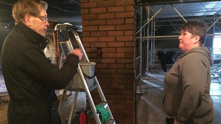 Jan Andersson, vaktmästare på Folkets Hus i Marmaverken och Anette Lindberg som skrubbar tegelväggarna rena från sot. Foto: Agneta Sundberg/Sveriges Radio