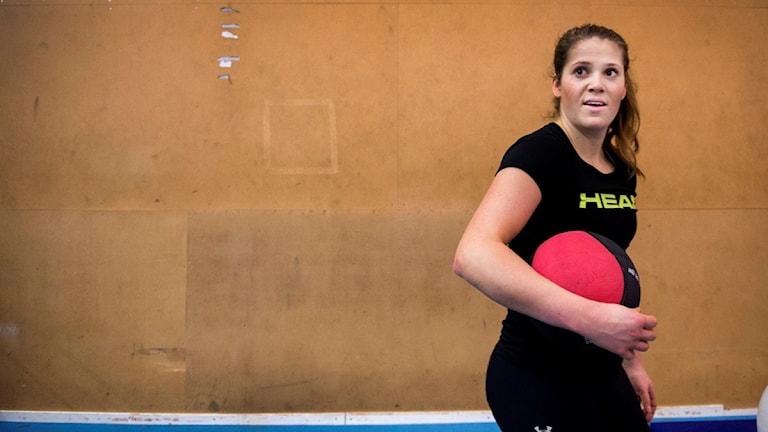 Alpina proffset Sara Hector rehabtränar på Bosön sina första gånger sedan kraschen under en storslalomtävling i december 2015.
