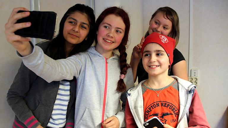 Farida Ghazni, Ida Johanson, Taif Naeem, och Madison Renman på Murgårdsskolan tar en selfie.