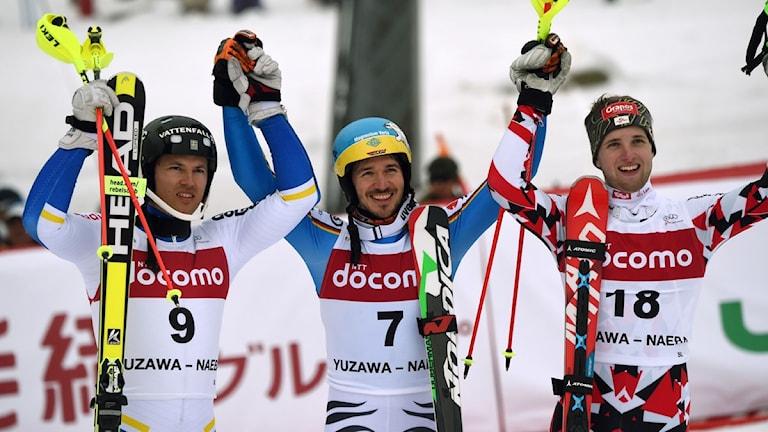 André Myhrer till vänster jublar över andraplatsen i Japan i natt. I mitten segraren Felix Neureuter och till höger tredjeplacerade Marco Schwarz.