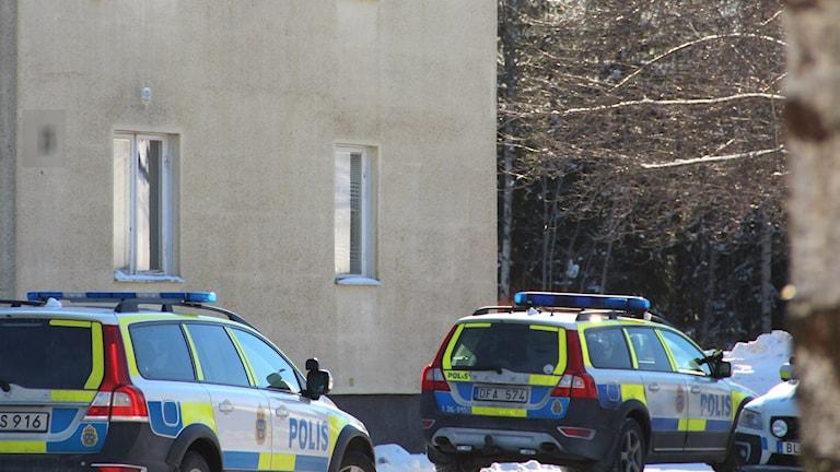 Polisbilar utanför asylboendet i Ljusne.