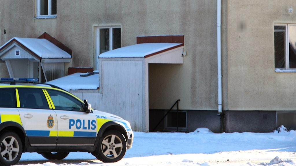 Polisbil utanför asylboendet i Ljusne.