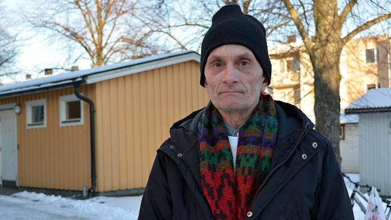 Thomas Wiberg är tillbaka vid sin forna lägenhet som har vräkts från.