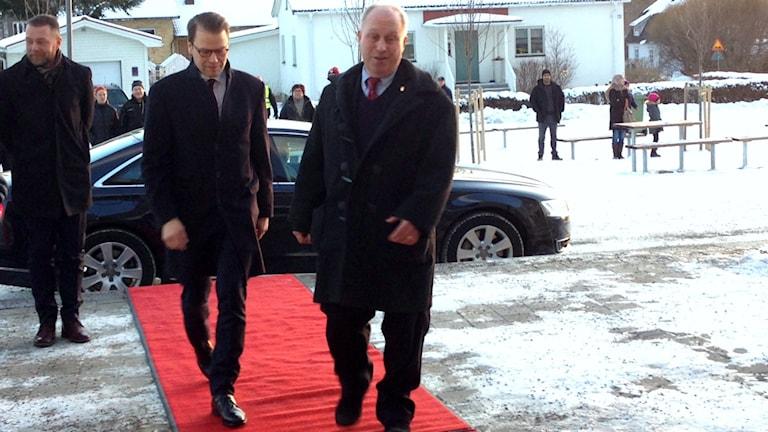 Röda mattan är utrullad för Prins Daniel i Ockelbo.