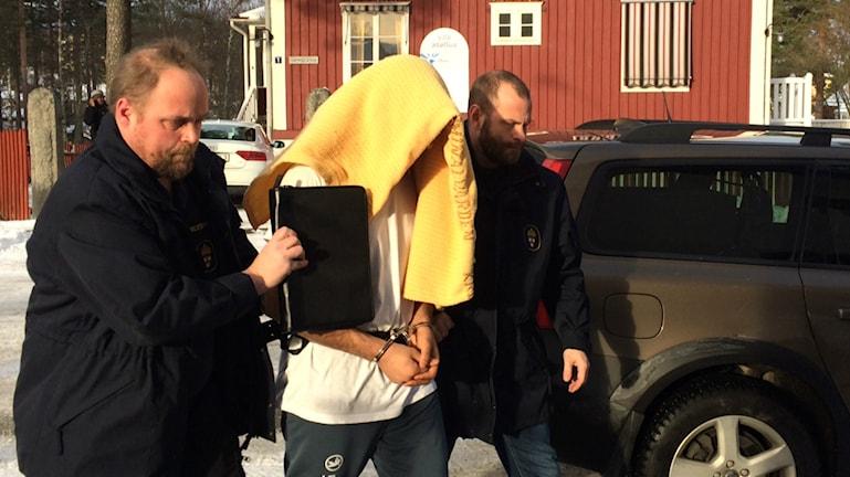Den misstänkte förs in till Hudiksvalls tingsrätt.
