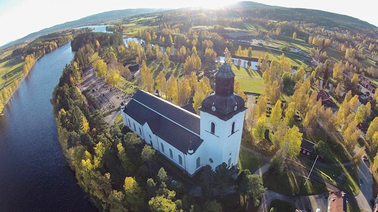 Järvsö kyrka med klocktorn.