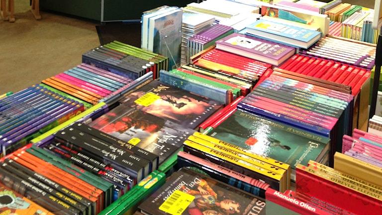 Böcker i högar.