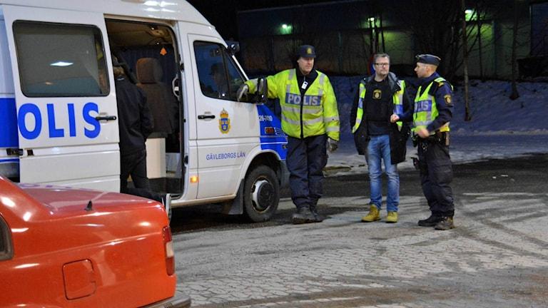 En mack i Sätra var en av platserna där polisen stod under onsdagskvällen.