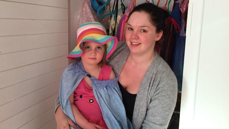Dagbarnvårdare Erika Rasmusson med Melina Axaroglou, snart 4 år.
