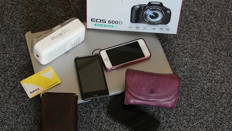 Vid husrannsakan hittades mobiltelefoner, datorer och kameror.