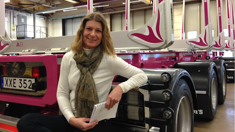 Carina Jakobsson och den rosa timmervagnen.