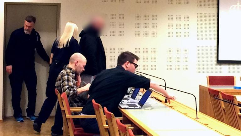 Den misstänkte 56-åringen förs in i rättssalen på Gävle tingsrätt.