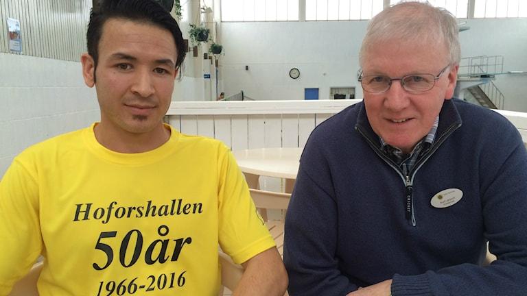 Samir Rezwani från Afghanistan har fått en timanställning på Hoforshallen, Rolf Larsson fritidschef i Hofors kommun.