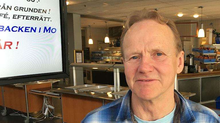Krögaren Peder Lund satsar på lokalproducerat kött på lunchen, men tar inte alla råvaror från lokala producenter.