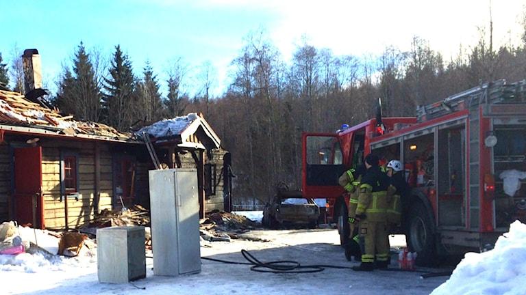 Räddningstjänsten på plats vid brandplatsen i Ilsbo.