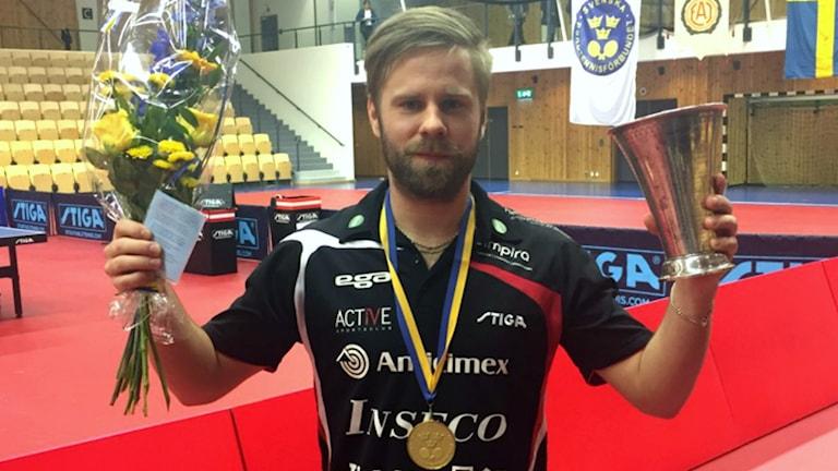 Jon Persson med SM-bucklan.