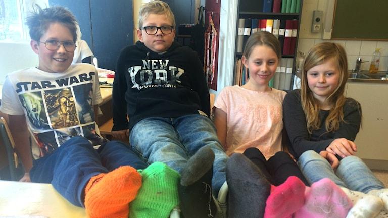 Eleverna på Kilbergsskolan i Bollnäs lär Larry och Oliver att sy strumpor.