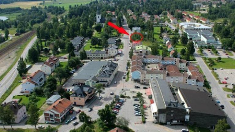 Den röda pilen visar var det nya bostadshuset planeras.