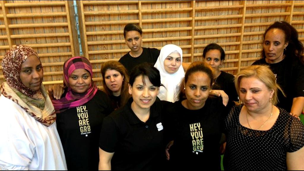 Najiba Mansuri, i mitten, från SAIK Bandy ordnar sportaktiviteter för kvinnor.