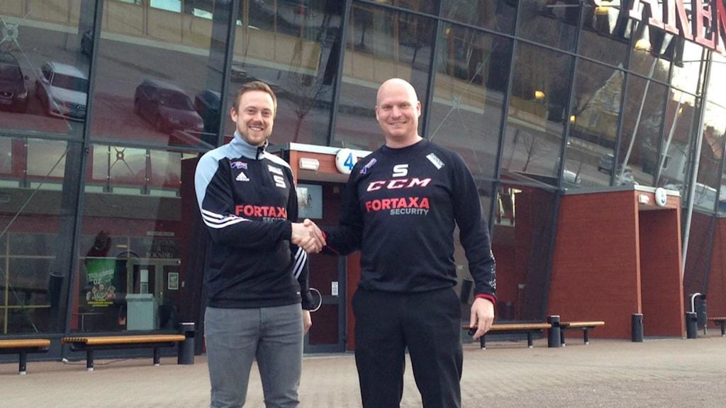"""Joel Othén och elitansvarige Daniel """"Zeke"""" Eriksson är väldigt glad att se Joel åter i SAIK-tröjan"""