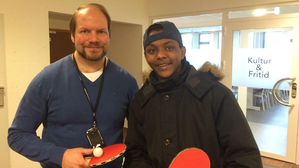 Johnny Sandgren från Arbetslivsförvaltningen i Sandviken tillsammans med Maikele Haile elev på Introduktionsprogrammet till Gymnasiet. Foto: Mikael Sanner / P4 Gävleborg